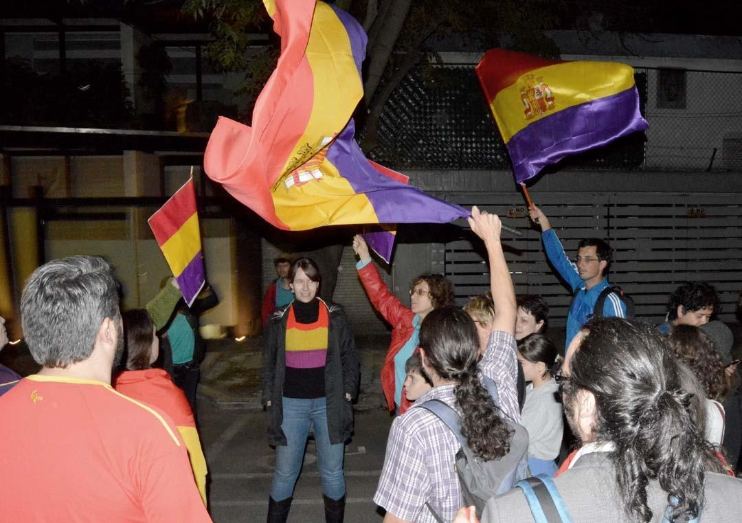 spaniards across spain and in mexico city call for a referendum on