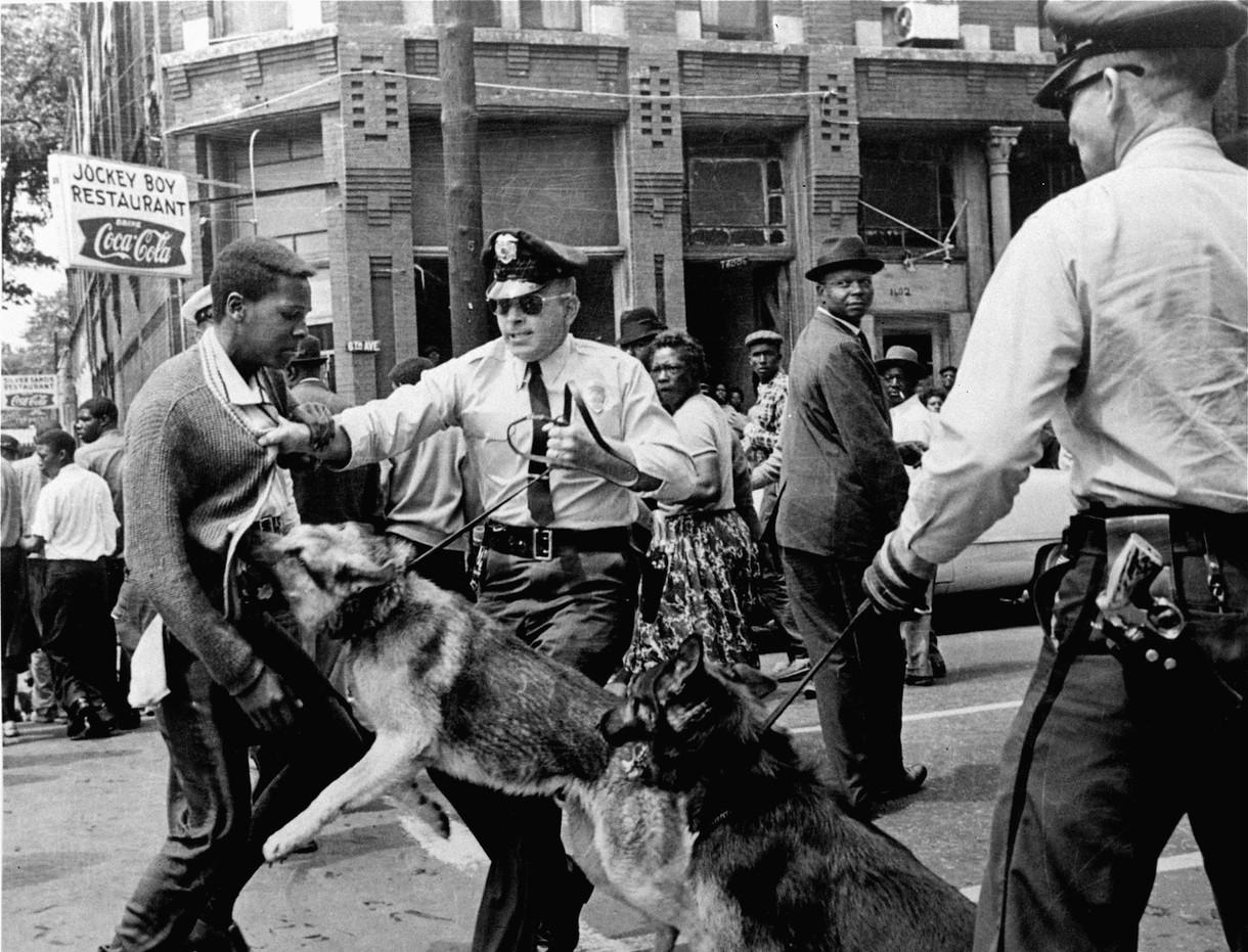 Un ado noir un flic blanc et son chien la photo qui a lanc 233 la