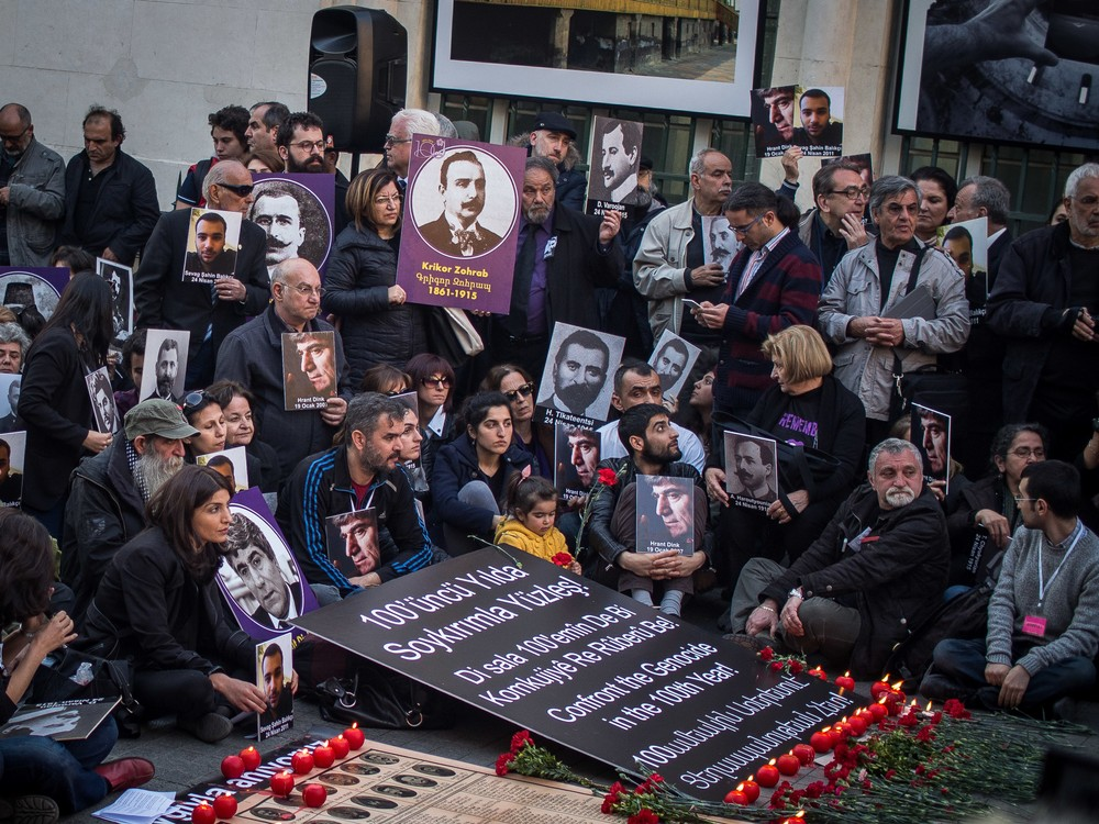 https://news-images.vice.com/images/2015/04/24/hundreds-gather-in-istanbul-to-commemorate-armenians-body-image-1429910049.jpg?resize=1000:*