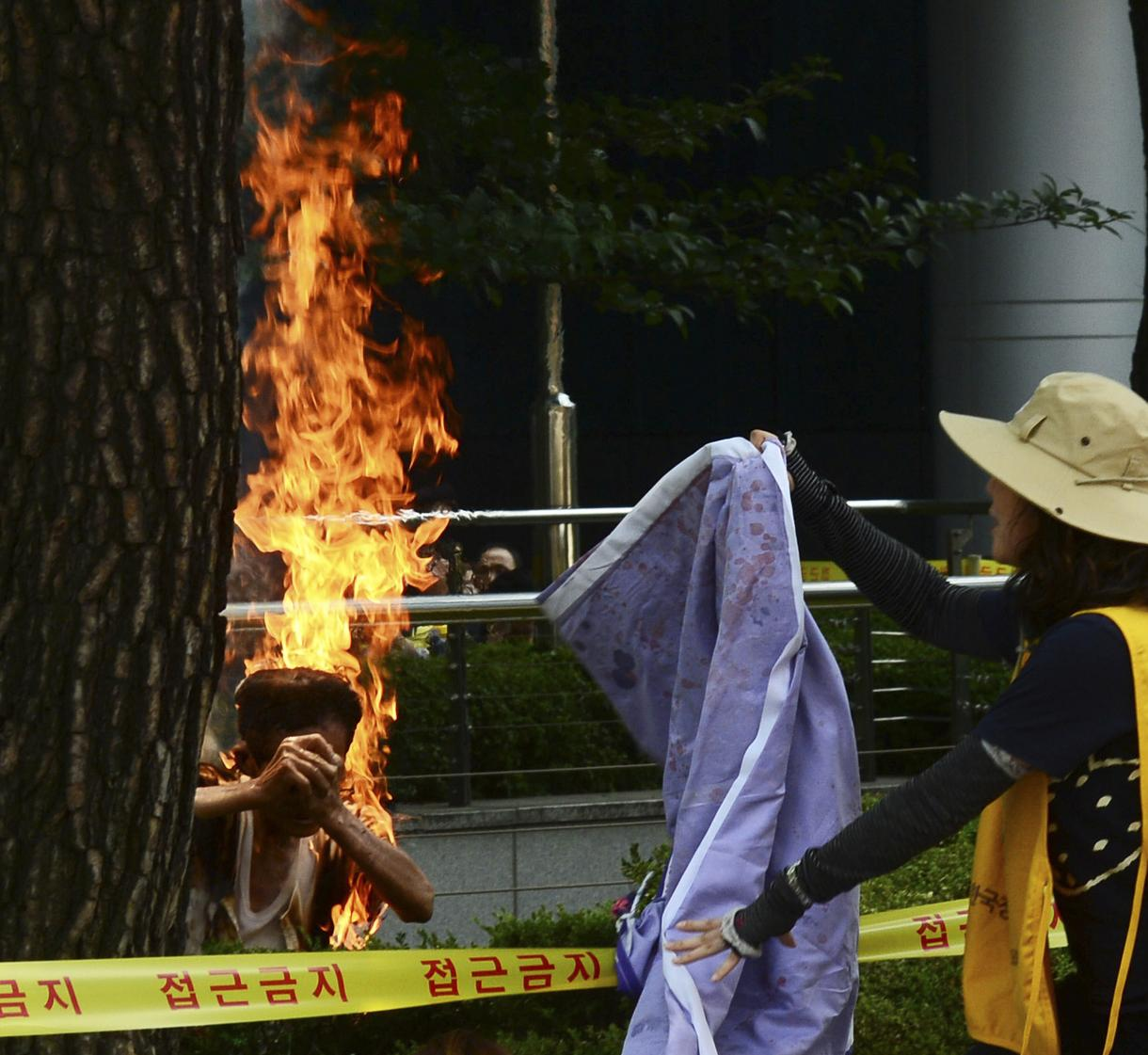 Man Sets Woman On Fire : Man sets himself on fire at comfort women protest in