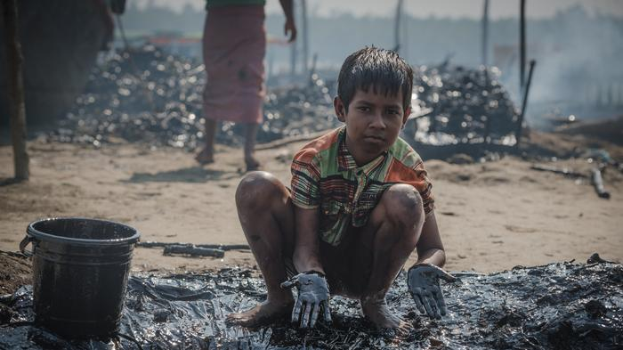 People in Bangladesh Are Cleaning Up A Huge Oil Spill With Their Bare Hands