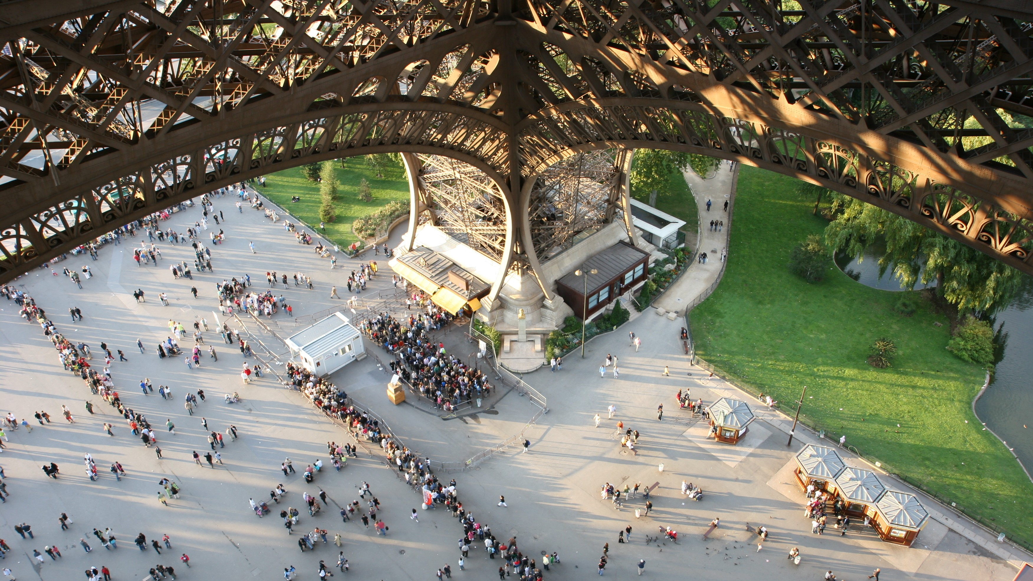 Paris Police Bust Eiffel Tower Pickpocket Gang