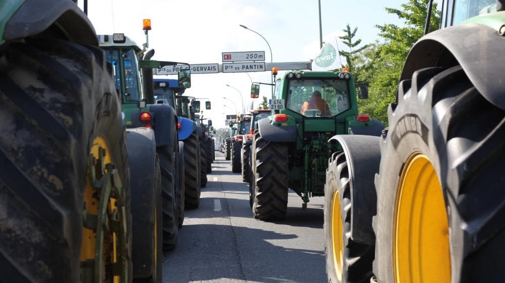 Angry French Farmers Drive 1,000 Tractors Into Paris