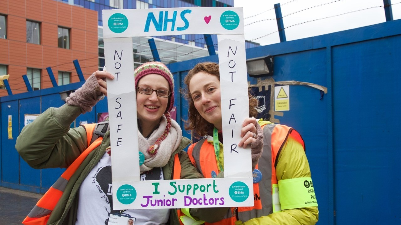 Thousands of Doctors Take to English Streets to Protest 'Unsafe' New Contracts