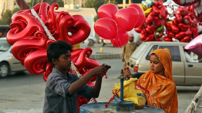 https://news-images.vice.com/images/articles/meta/2016/02/13/heres-why-pakistan-is-cracking-down-on-valentines-day-1455399181.jpg?crop=1xw:0.8520710059171598xh;0xw,0.047337278106508875xh&resize=700:*&output-format=image/jpeg&output-quality=75