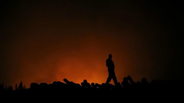 Chile entierra a sus bomberos mientras observa cómo sus bosques se queman