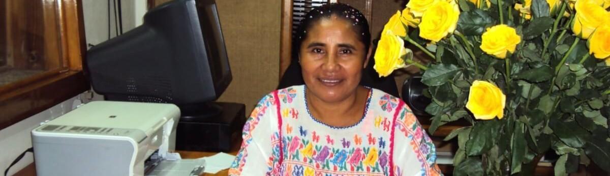 Un tiro al corazón y otro en la boca tienen agonizando a una locutora indígena mexicana