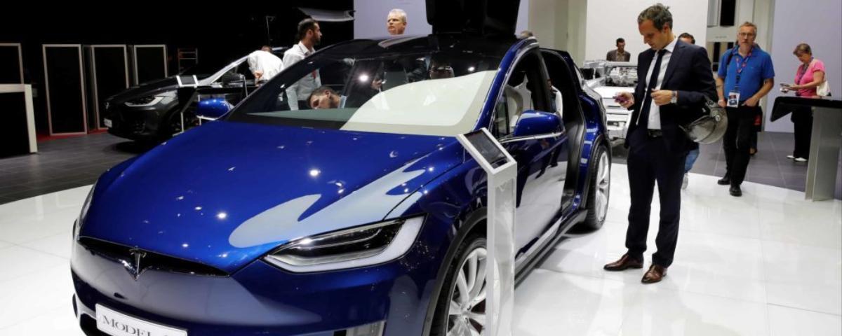 la france promet l 39 interdiction des voitures essence et diesel d 39 ici 2040 vice news. Black Bedroom Furniture Sets. Home Design Ideas